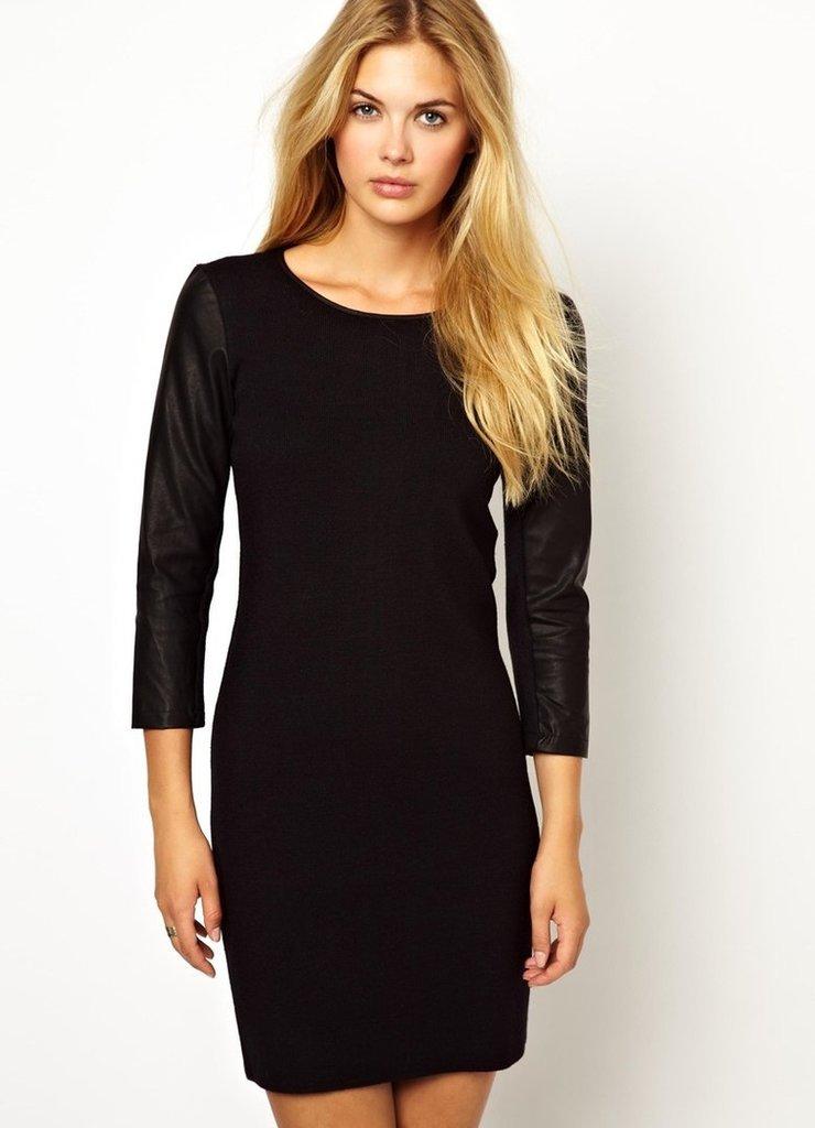 Черное платье с кожаными рукавами