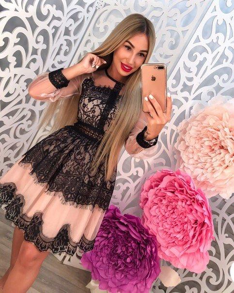 Бежевое платье с кружевом черным