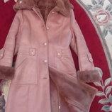Дублёнка красивая стильная розового цвета с капюшоном.