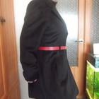 Пальто женское черное с красным пояском.