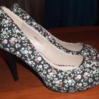 Дуже гарні Туфлі чорні в квіточку р.40