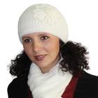 Зимняя натуральная ангоровая шапочка молочного цвета.