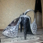 Босоножки серебро, каблук мраморной расцветки