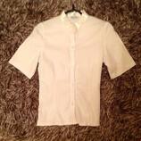Белая блузка с коротким рукавом.