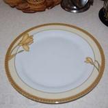 Новое круглое блюдо с золотистой каймой - 27 см.