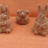 Глиняные фигурки зайчика и овечки