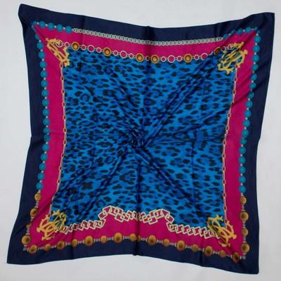 Яркие шелковые платки с узорами