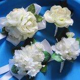 Браслеты и бутоньерки из искусственных цветов для свидетелей, жениха , невесты