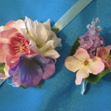Бутоньерка жениха из искусственных цветов, браслеты на девичник