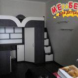 Детская кровать-чердак с рабочей зоной, угловым шкафом, тумбой и лестницей-комодом кл19 Merabel