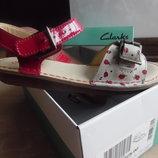 Босоножки детские кожаные девочке 21,6 см новые красные беж с цветками Clarks Кларкс