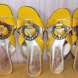 Новые желтые кожаные босоножки-шлепанцы 36 и 37 размер.Украина