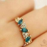 Кольцо с изумрудами и австрийскими кристаллами