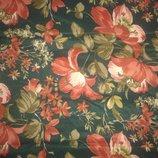 темно зелений з червоними квітами відріз тканини