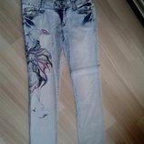 Яркие и стильные голубые джинсы с вышивкой, 28 р
