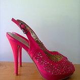 Босоножки розовые на каблуке со стразами. 35 размер.Стелька - 22.5 см.