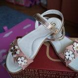 Босоножки для девочки, розовые с золотистым, новые, 32,33,35 размер