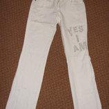 Белые фирменные рваные джинсы на лето Motivi