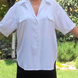Белая блуза-рубашка.