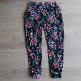 Штаны в цветки рр 38 10 брюки женские летние цветочный принт Look