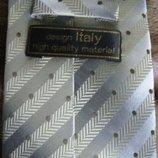 Красивый мужской галстук в состоянии нового