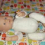 Функциональная кукла с аксессуарами-внутри есть трубочка- изо рта и внизу дырочка Куклу можно купать