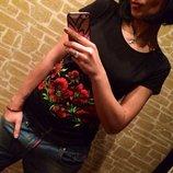 Стильная черная футболка с цветами-Маки