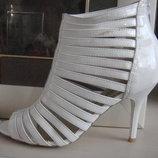 Стильные белые босоножки на высоком каблуке