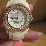 Стильные, женские летние белые часы в стиле Chanel с кристаллами, на каучуке.