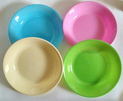 Пластиковые тарелки, миски