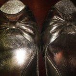 Золотые туфельки с открытым носочком.