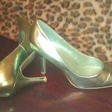 Блестящие светло-зеленые туфли