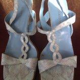 Светлые открытые босоножки на каблуке