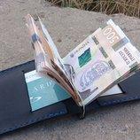 Зажим для денег и карт из черной и синей кожи .