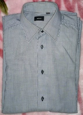 Мужская рубашка с длинным рукавом и в мелкую клетку