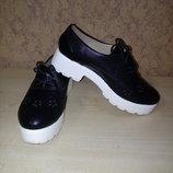 Туфли черные на белой тракторной подошве на шнурках,на высокой подошве.Хит сезона.