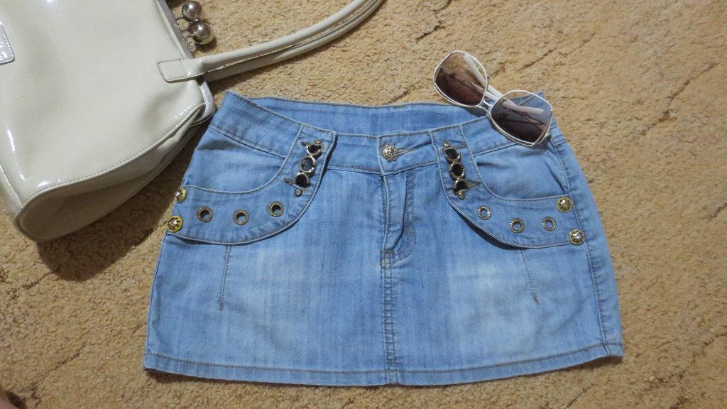 Стала мала джинсовая юбка