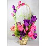 Букет из шоколадных конфет в плетеной корзине-розы и бутоны роз