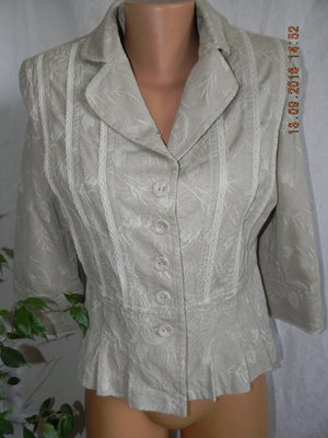 Бежевый пиджак с кружевом