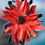 Крупная красная черная брошь из натуральной кожи.