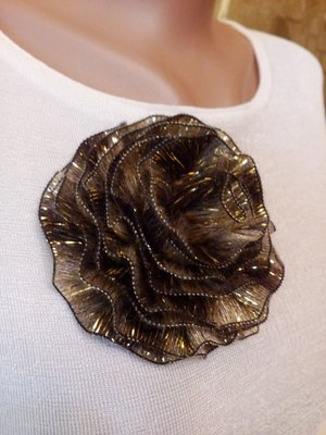Элегантная крупная брошь из текстиля.