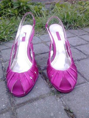 Босоножки на каблуке из атласа