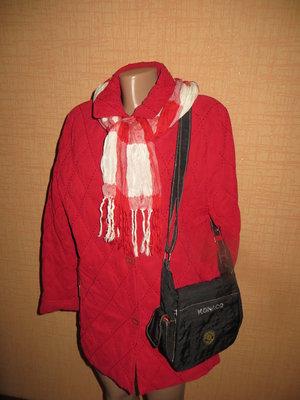 Брендовая стеганая красная курточка.