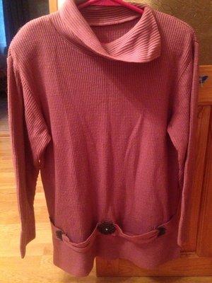 Розовый свитер большого размера
