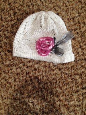 Шапочка для девочки с розой