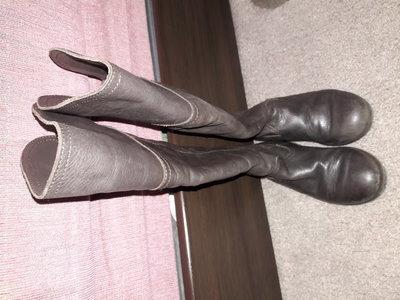 продаются классные кожаные сапоги ботфорты на девочку размер 28
