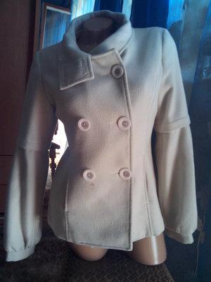 Маленькое пальто молочного цвета