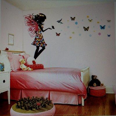 Наклейка на стену для детской «Девочка с бабочками»