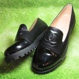 Эффектные туфли-броги с лакоым носочком