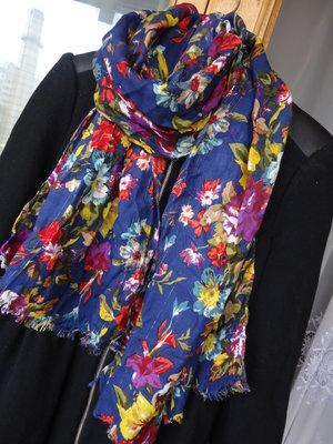 Яркий красивый шарф - платок